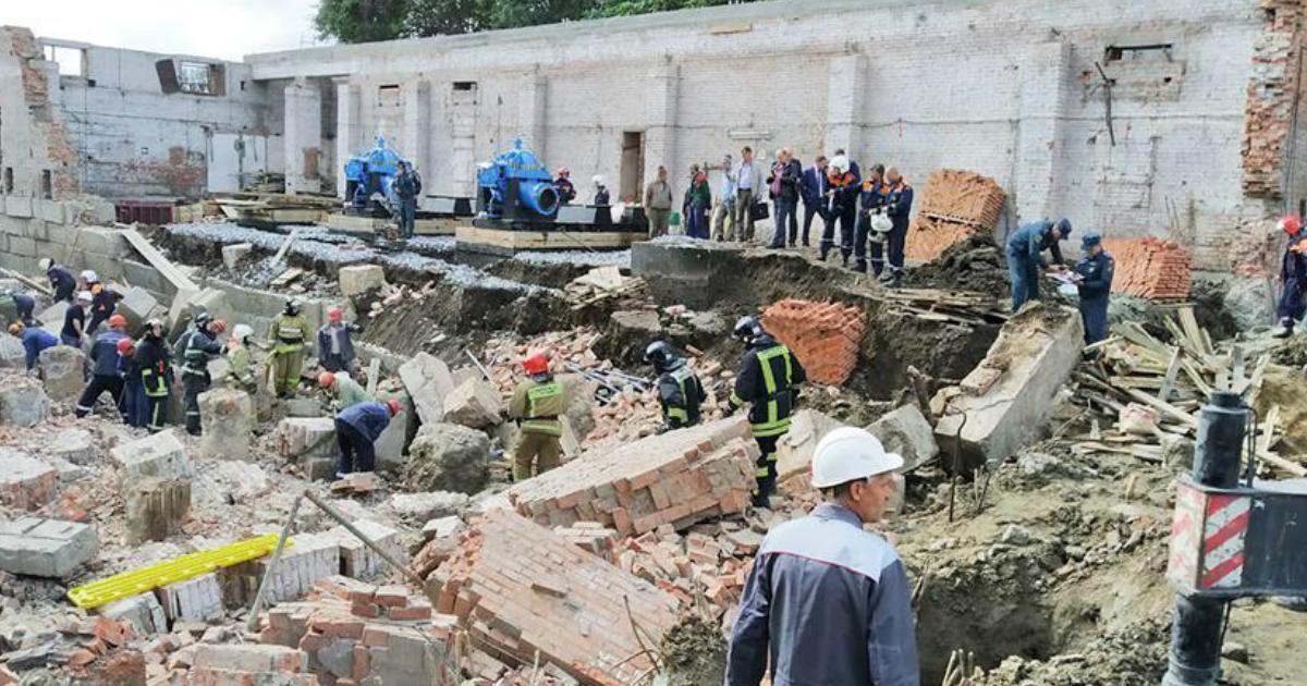 Рабочие оказались под завалами обрушившегося здания в Новосибирске
