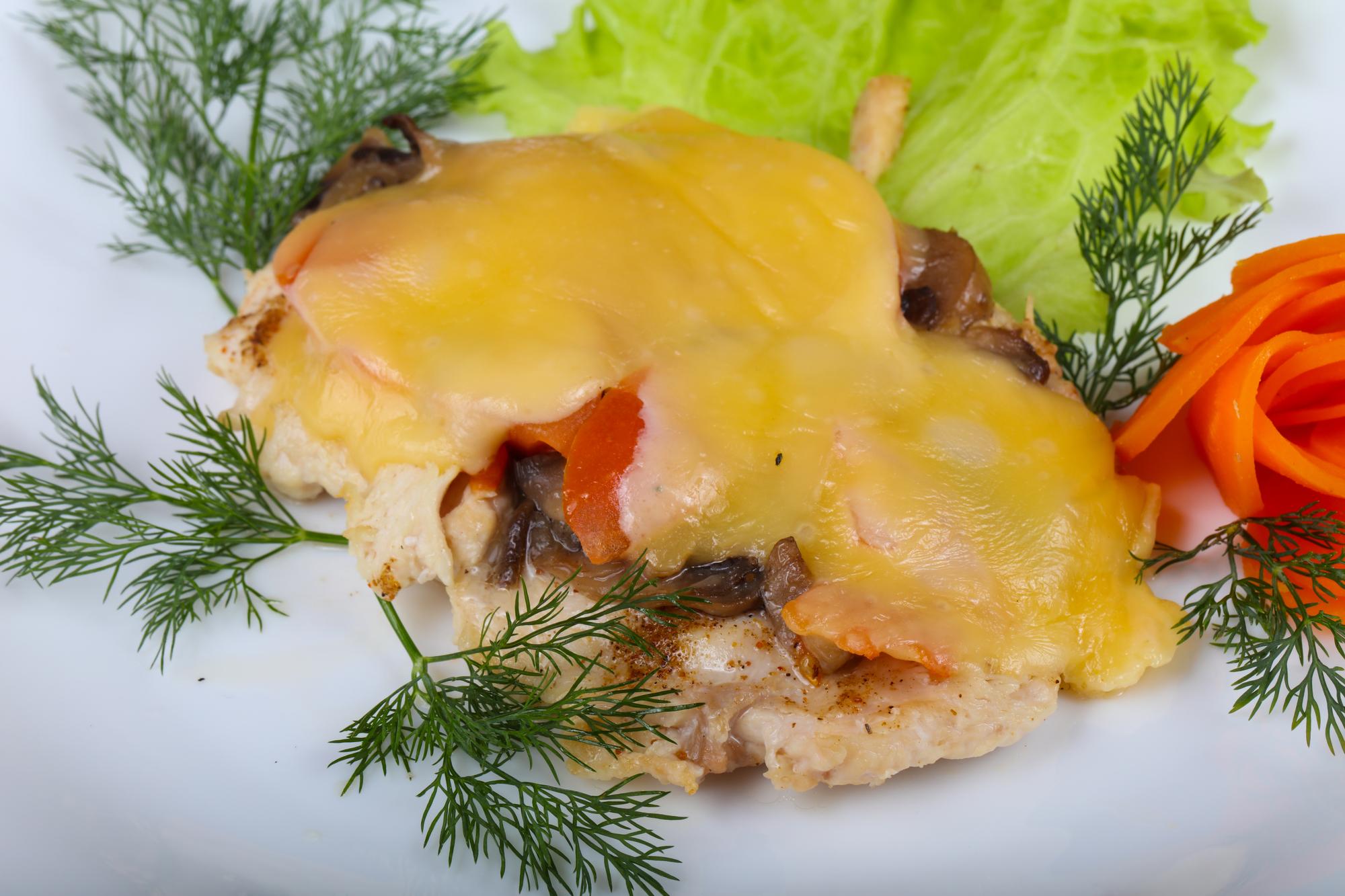 Куриные отбивные с грибами и помидорами под сыром