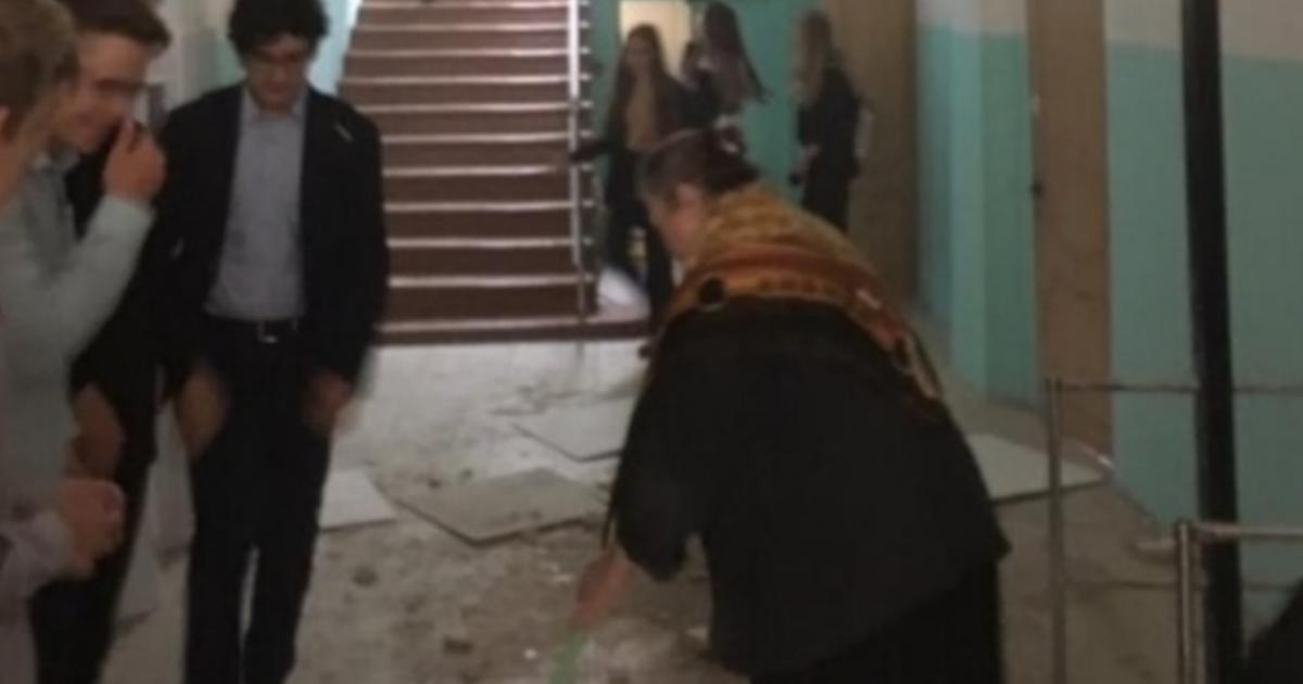 На 10-классницу обрушился потолок на перемене в Омске