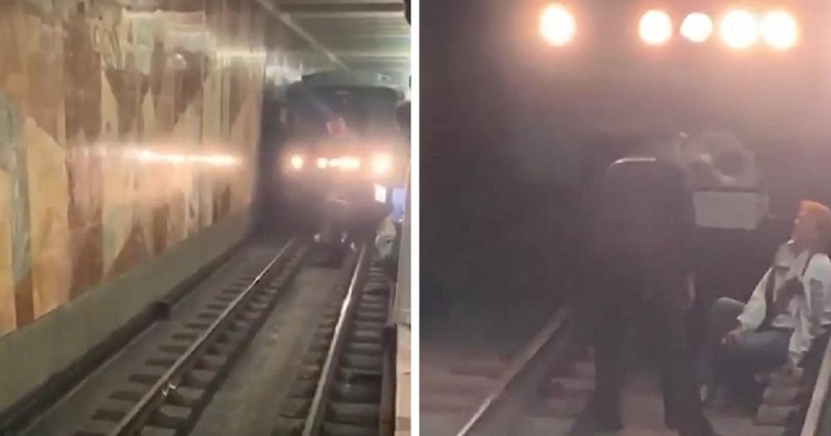 Фото Москвичка упала на рельсы и остановила поезда на зеленой ветке метро