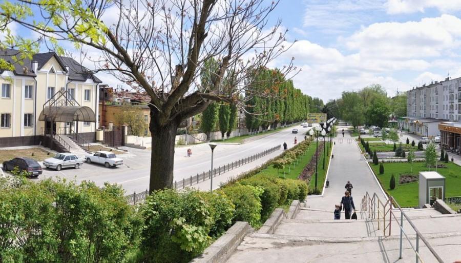 Фото Расположение. Город находится в северо-восточной части Республики Кабардино-Балкария, на левом берегу реки Малки в 50 км к северо-востоку от Нальчика. С запада на восток он имеет протяженность около
