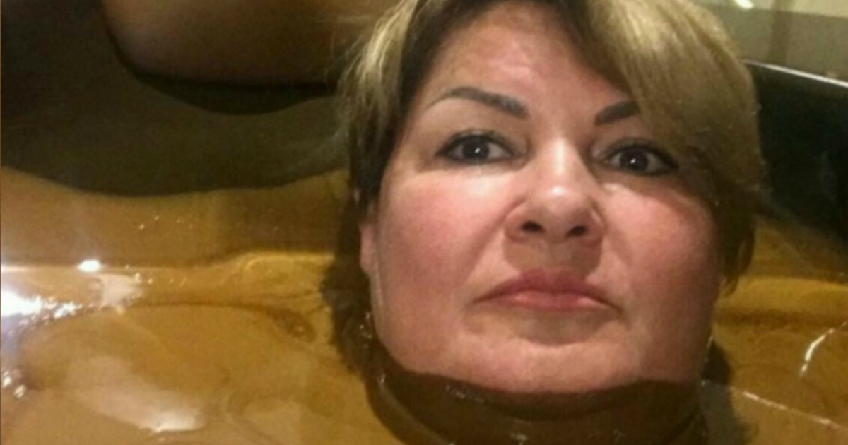 """Фото Чиновницу из Ульяновска хотят уволить за селфи в """"лечебной нефти"""""""