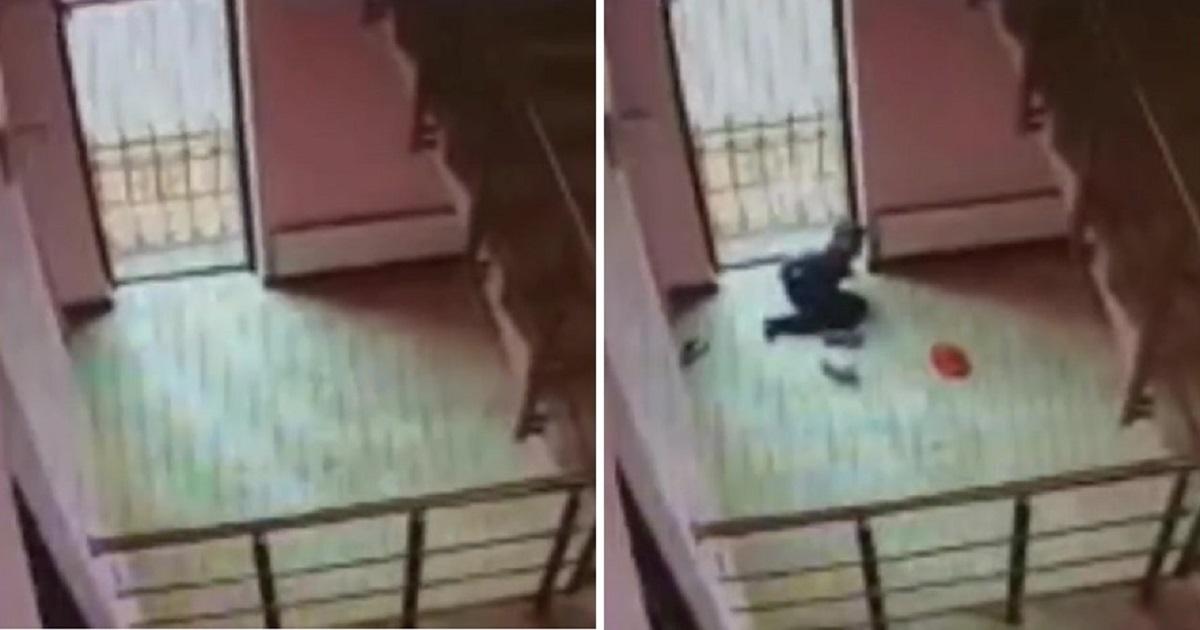Фото Сэкономили на перилах? Мальчик пяти лет рухнул в лестничный пролет в ТЦ