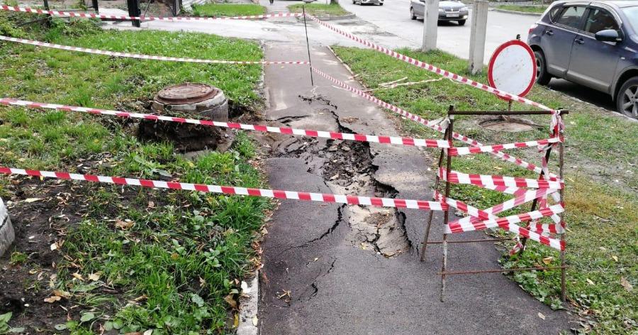 Фото Мать с коляской провалилась в яму с кипятком в Новосибирске