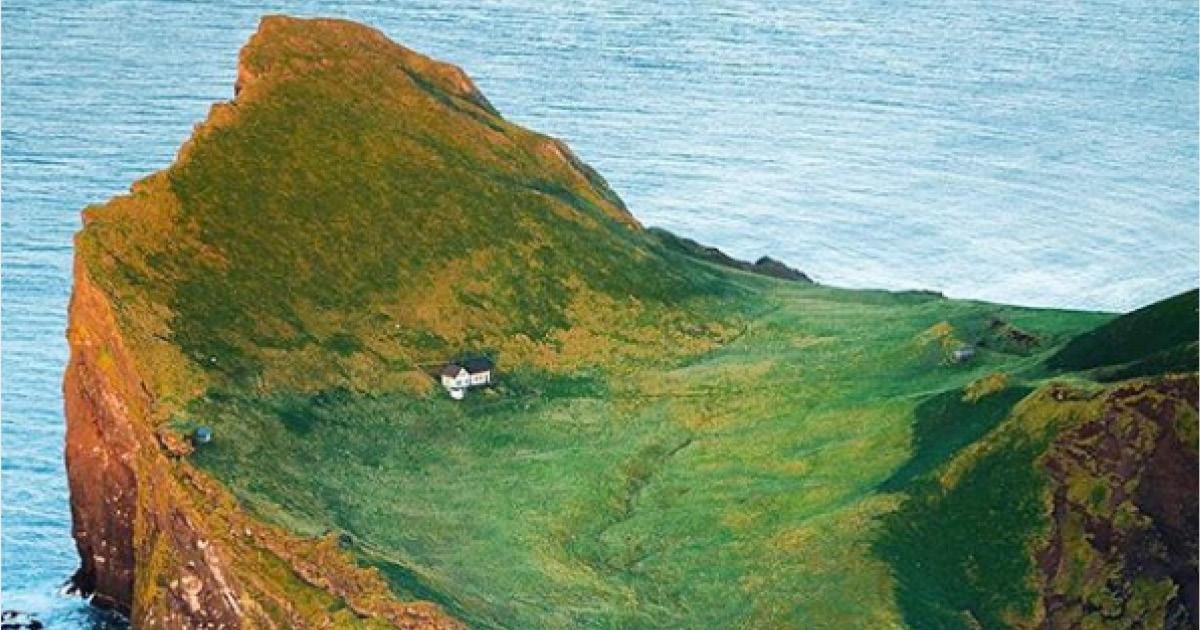 Фото Самый одинокий дом в мире. Кто живет на острове в Атлантическом океане