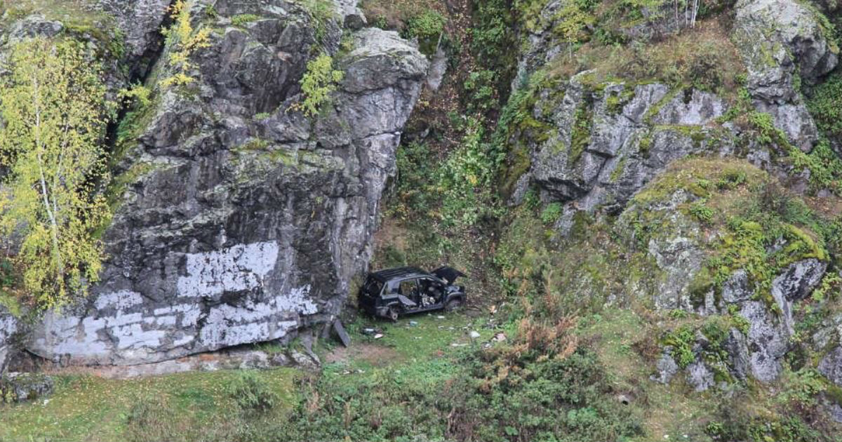Фото Машину уральских геев, рухнувших с обрыва, растащили на запчасти