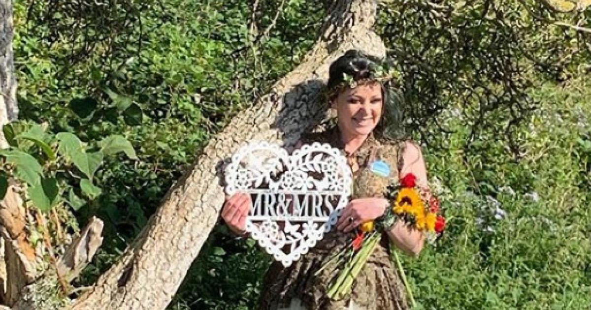 Девушка вышла замуж за дерево всей своей жизни