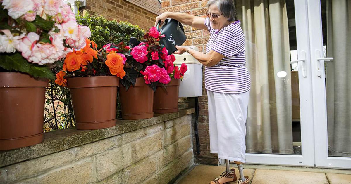 Фото Опасное садоводство. Британка лишилась ног после работы в саду