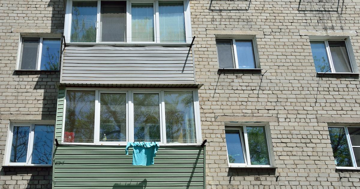 Фото В МЧС уточнили, что за само по себе курение на балконе штрафа не последует
