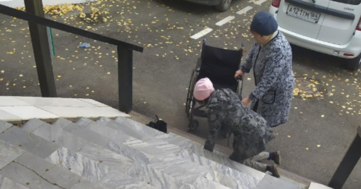 Ползающего по ступенькам больницы инвалида засняли в Саратовской области