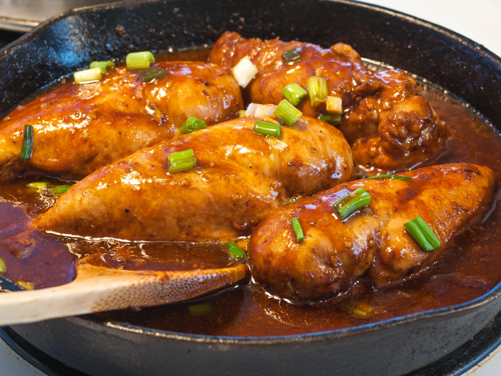 Тушеное куриное филе с подливой
