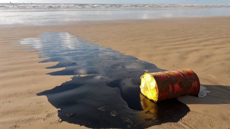 Photo of Brasil recoge en sus playas más de 100 toneladas de crudo de origen desconocido