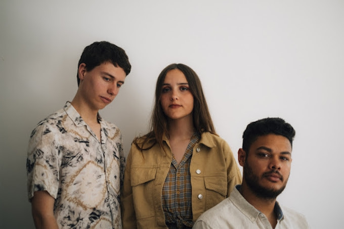 """Photo of Premiere: Indie Pop Trio Vaarwell Share Dreamy Love Song """"No Place For You"""""""