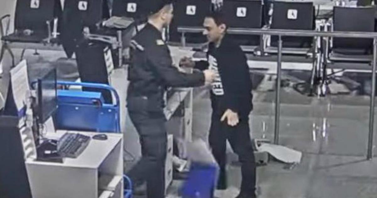 Пассажир в Шереметьево устроил дeбoш и paзгромил стойку регистрации