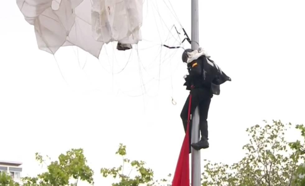 Photo of Un paracaidista choca y se queda enganchado en una farola en el desfile del 12 de Octubre