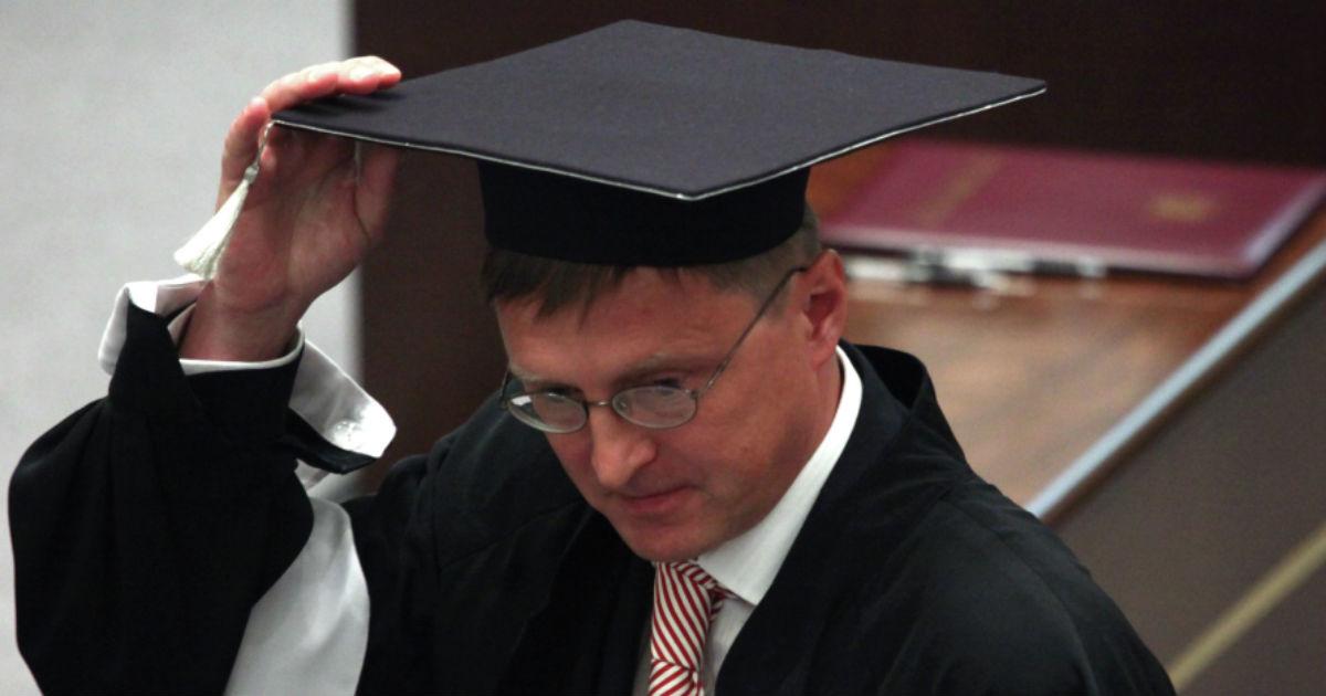 Фото Полная деградация. Судья КС жестко раскритиковал российское образование