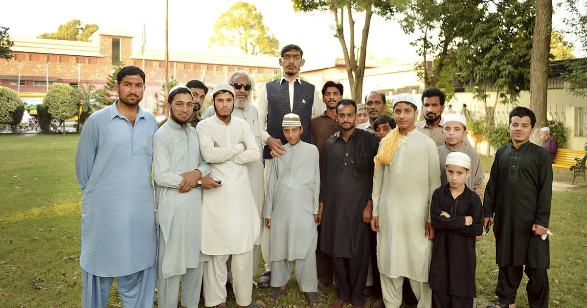 Фото Аномальный рост. Пакистанец вырос до 233 сантиметров за четыре года