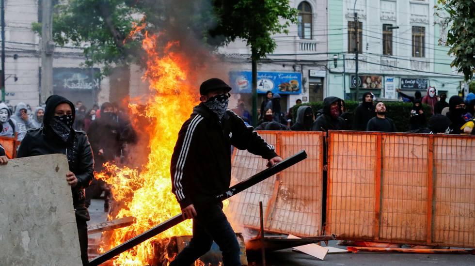 Photo of Los chilenos desafían el toque de queda y los disturbios dejan al menos tres muertos