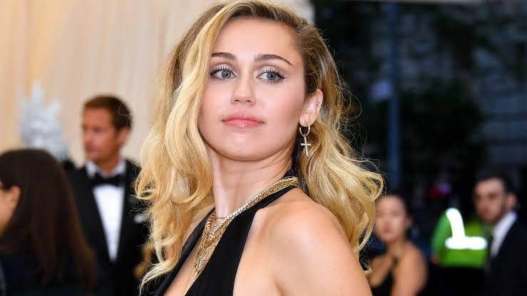 """Photo of Miley Cyrus explica comentário na web sobre """"você não precisa ser gay"""""""