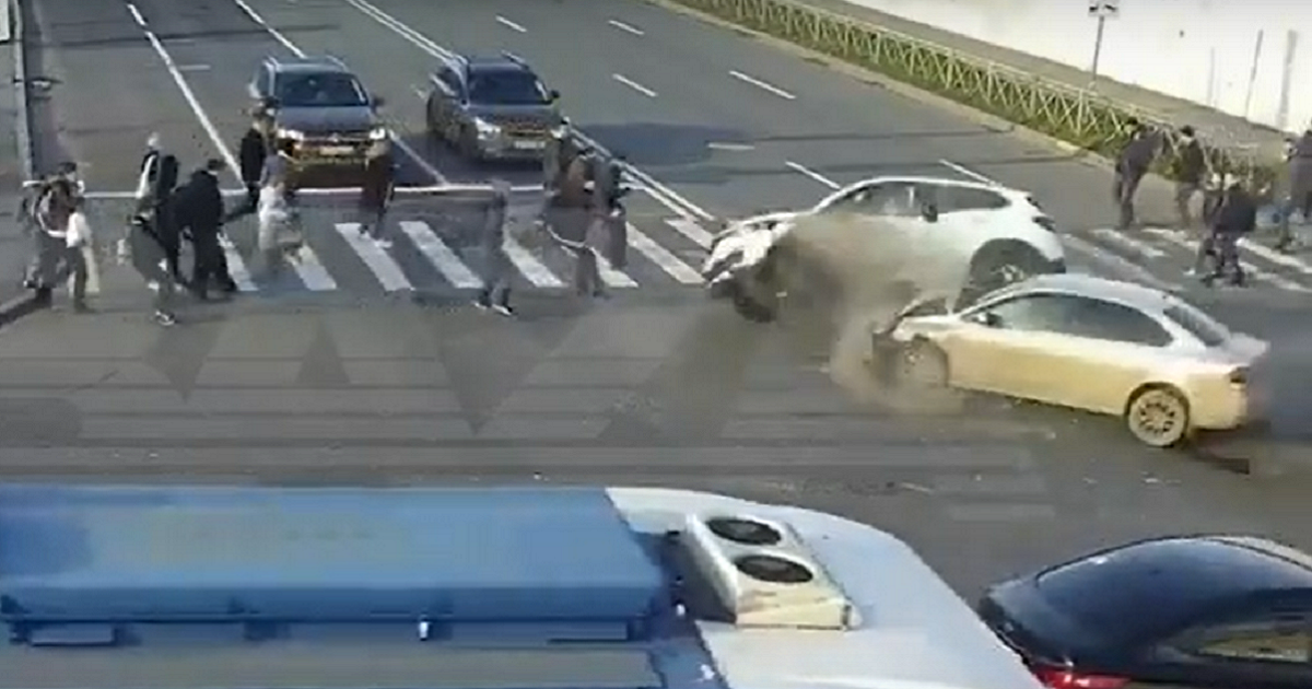 Фото В Петербурге два авто снесли толпу пешеходов. За рулем была чиновница