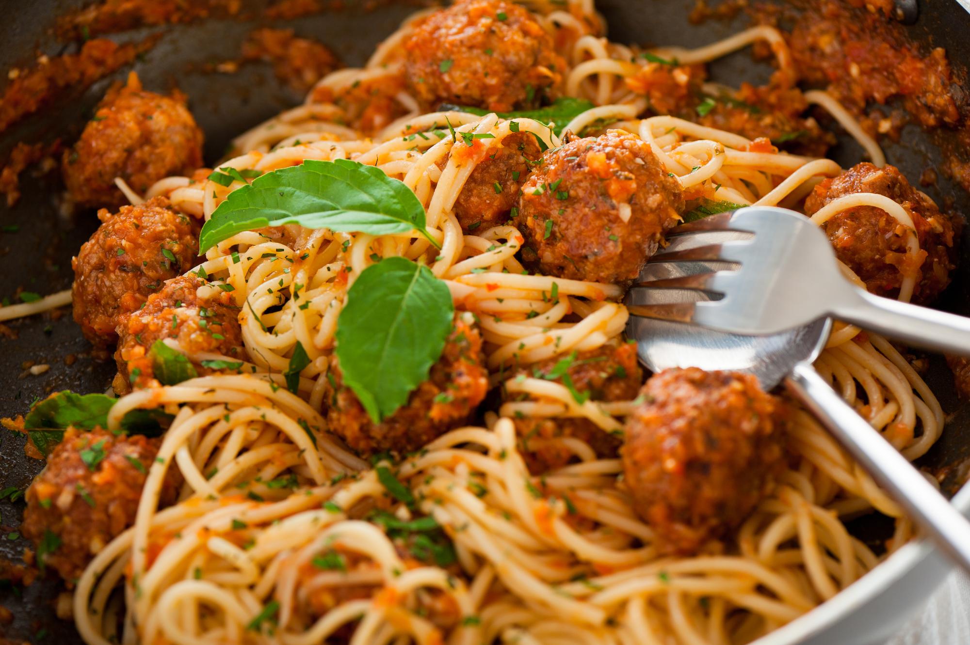 Спагетти с куриными фрикадельками в томатном соусе