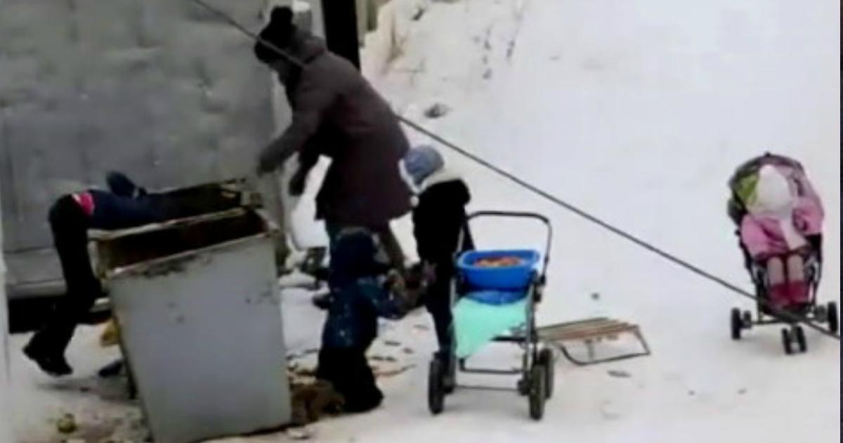 Мать с 4 детьми вынуждена искать еду в мycорных баках в Якутске