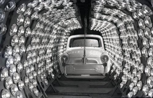 Фото Окрашенный кузов автомобиля ЗАЗ–965А в сушильной камере, 1960–е годы, Запорожье