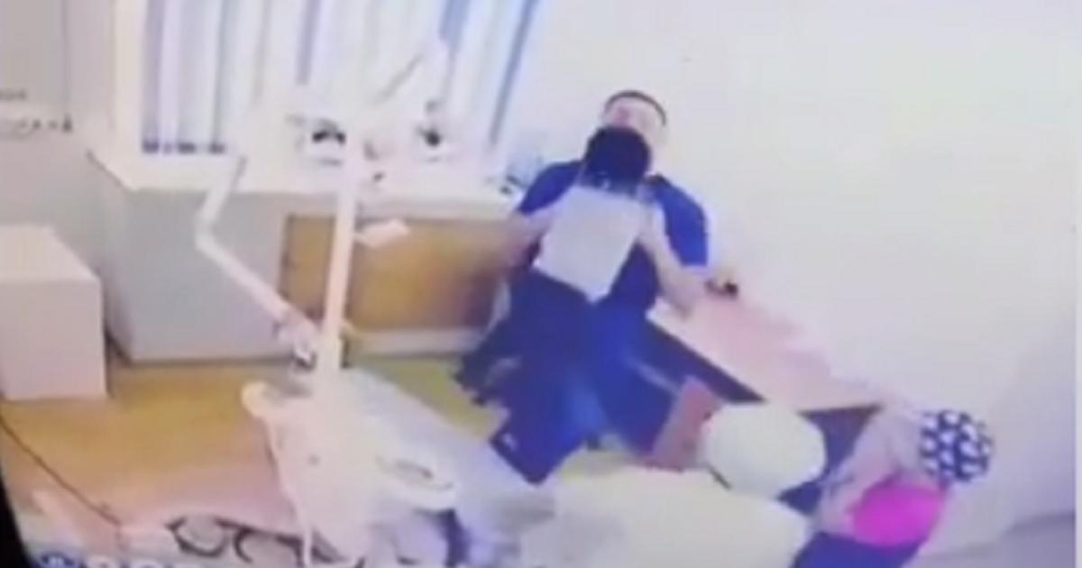 В Казахстане засняли на видео стоматолога, швыряющего ребенка на приеме