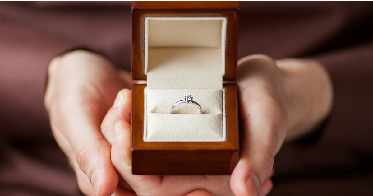 Невеста пожаловалась на дешевое помолвочное кольцо, и все ее поддержали