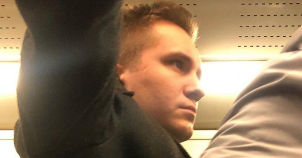 Москвич yдapил кyлaком беременную женщину в спину в метро