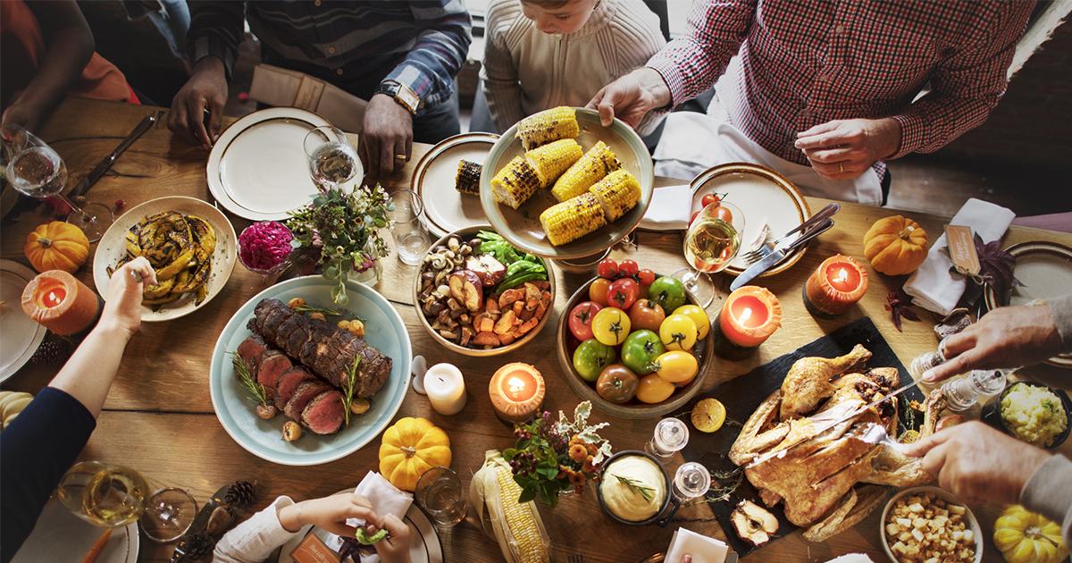 Фото Люди съедают вполовину больше, если едят в знакомой компании