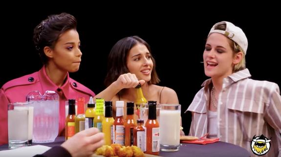 Photo of Kristen Stewart brings Ella Balinska and Naomi Scott to crush wings on 'Hot Ones'