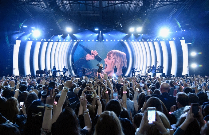 Photo of Taylor Swift Fans Are Reportedly Sending Death Threats to Scooter Braun