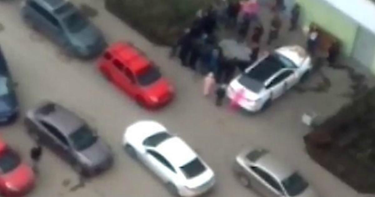 Жители многоэтажки в Санкт-Петербурге зарезали барана у детской площадки