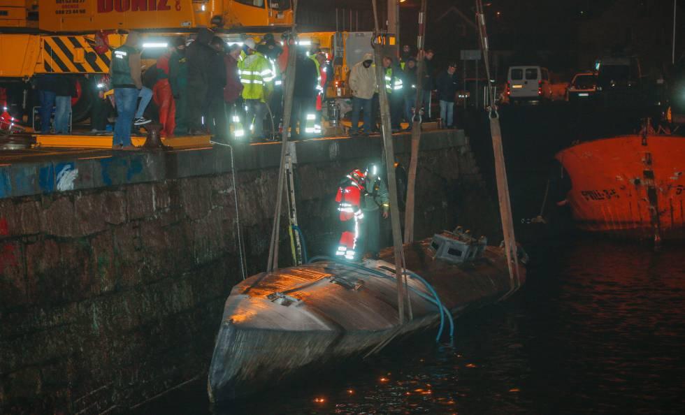 Photo of La policía comienza a hacer inventario del alijo del 'narcosubmarino' interceptado en Galicia