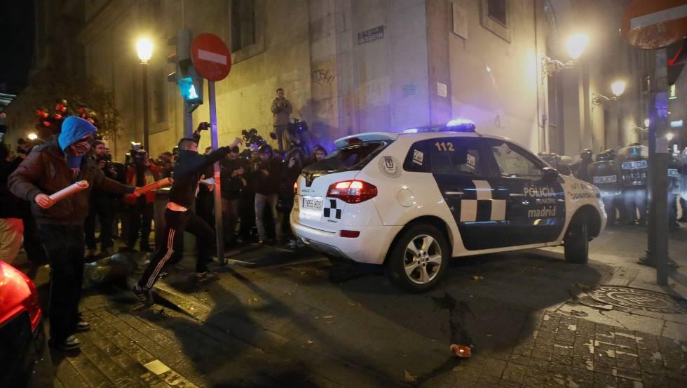 Photo of La fiscal pide hasta seis años de cárcel por una noche de disturbios tras rodear el Congreso