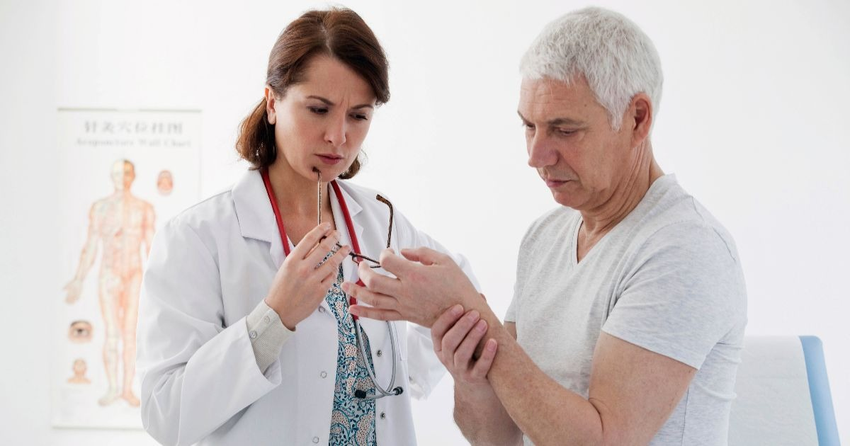Фото Что лечит врач ревматолог? Когда нужно идти на прием к ревматологу?