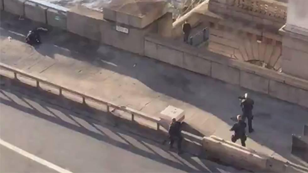 Photo of Un muerto y al menos cinco heridos por un ataque con cuchillo en el puente de Londres