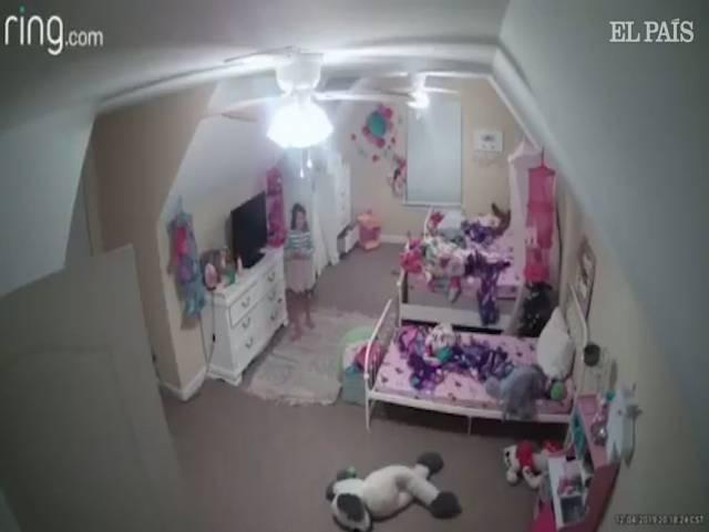 """Photo of """"Soy Papá Noel"""": un 'hacker' acosa a una niña de ocho años desde una cámara de seguridad de su habitación"""