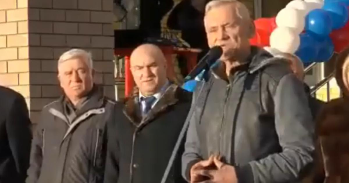 «Дети в шоке». Депутат Госдумы подарил вазелин чиновникам на открытии школы