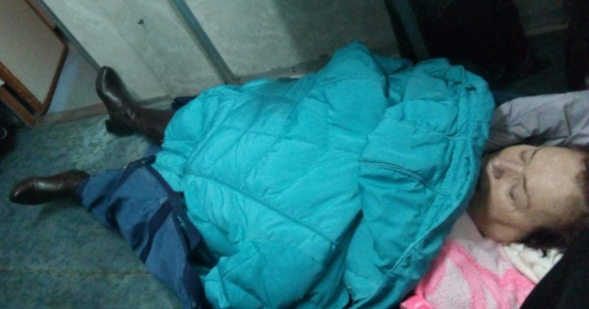 Жительницу Коми с инсультом отправили в больницу на полу вагона