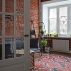 Сталинка на Пресне с кирпичной стеной и окном в ванной
