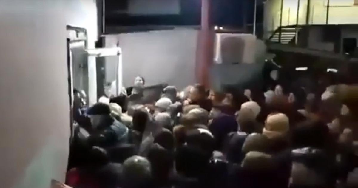 Массовая давка из-за новогодних скидок в Краснодарском крае попала на видео