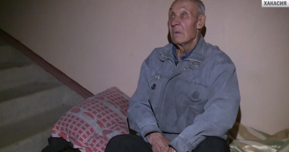 73-летний пенсионер ушел из жизни в подъезде, ожидая социальное жилье в Хакасии