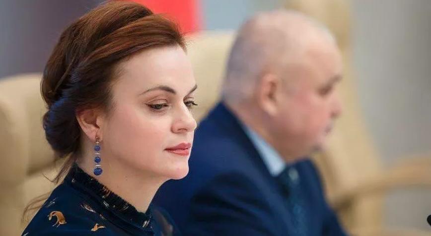Губернатор Кемеровской области вручил медаль своей жене