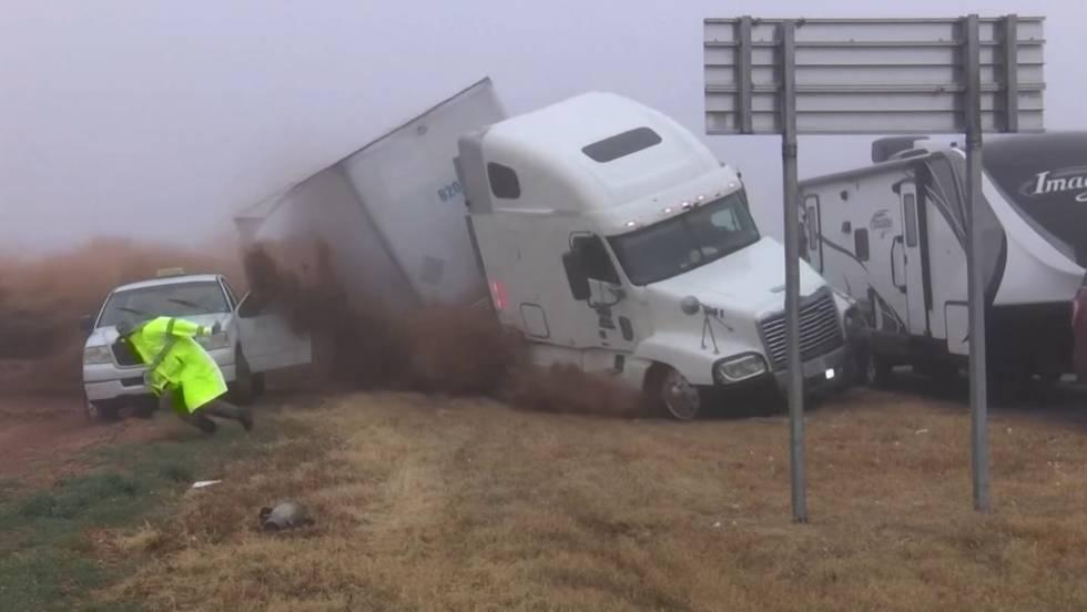Photo of Un fotógrafo graba el accidente de un camión descontrolado antes de ponerse a salvo