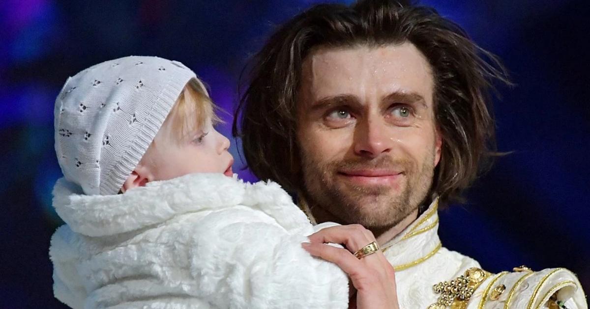 Фото Чернышев вывел на лед годовалую дочь Заворотнюк во время шоу