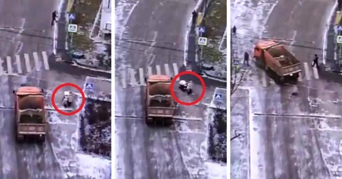 Фото В Москве грузовик сбил женщину с двумя детьми на пешеходном переходе