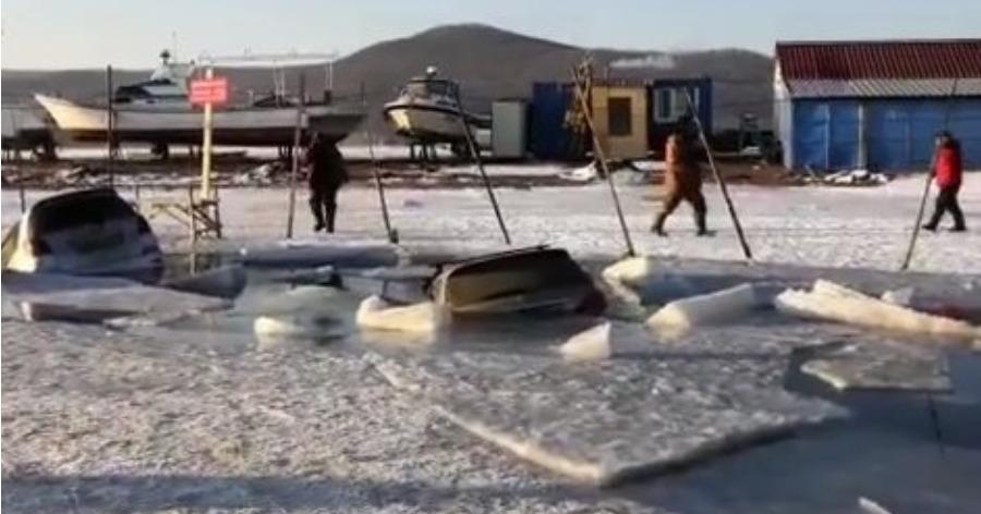Фото Во Владивостоке десятки машин провалились под лед