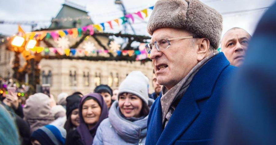 Жириновский на Красной площади раздал россиянам деньги и чебуреки